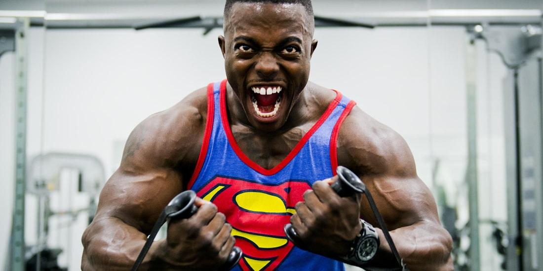 bodybuilder con pompaggio muscolare estremo